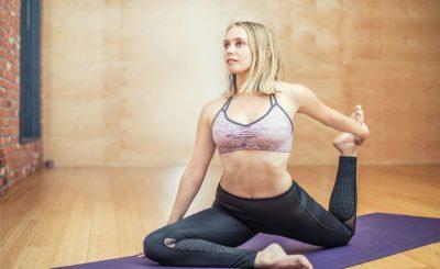 mujer haciendo yoga en gimnasio