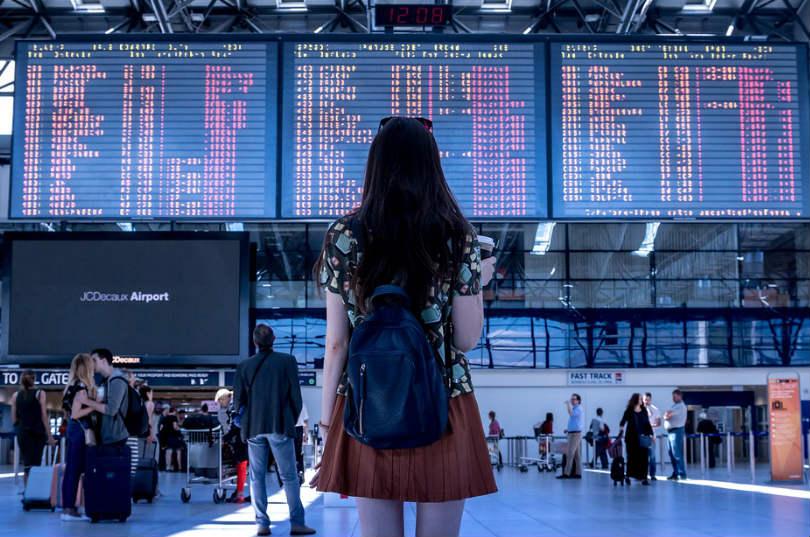 mujer turista en aeropuerto