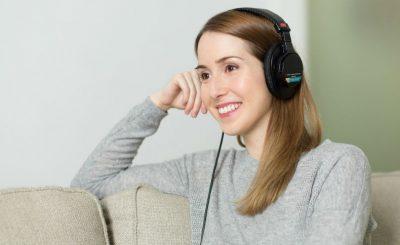 Chica escuchando musica sonrisa blanca y perfecta