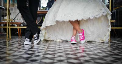 Joyas vestidos y muebles para una boda civil