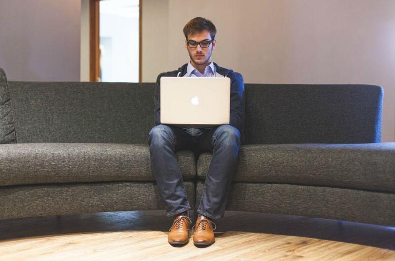 cuidar la postura al utilizar un ordenador portatil