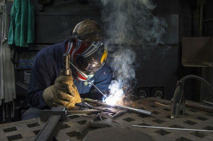 hombre trabajando en soldadura