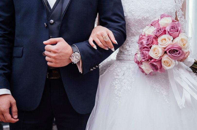pareja vestidos para una boda