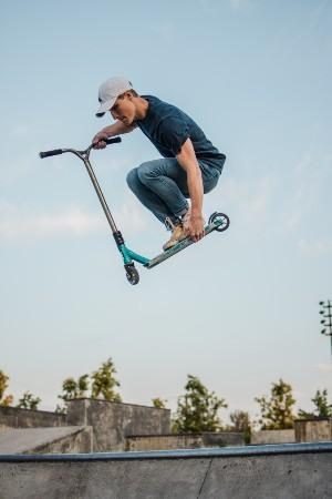 Deporte al aire libre con un patinete