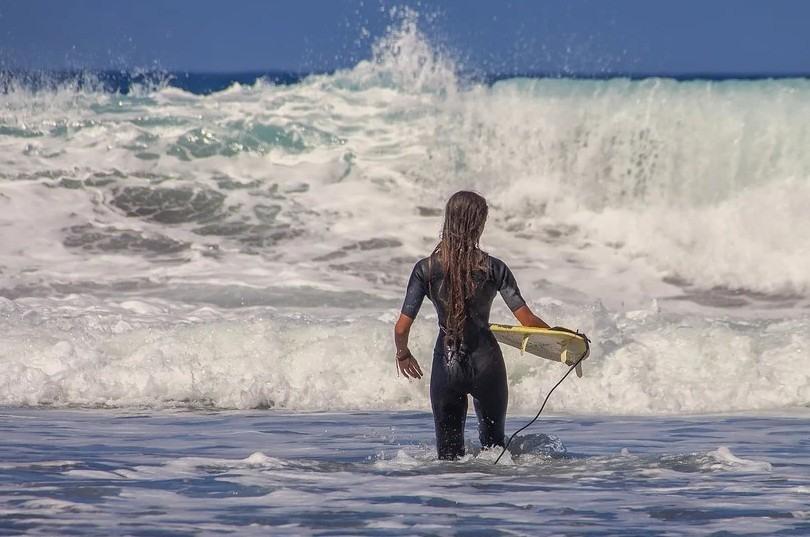 Surfear en aguas frías